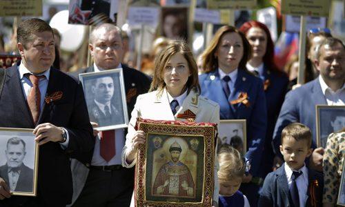 """Anche Putin con la foto di suo padre partecipa al """"Reggimento degli Immortali"""""""