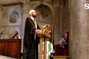 Il clero cristiano si inchina all'Islam accogliendolo nelle chiese